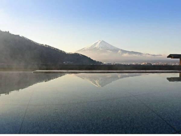 【湖楽おんやど富士吟景】全客室、河口湖を挟んで富士山がご覧頂ける絶景の宿。7階に大浴場、最上階に展望露天風呂「富士見の湯」