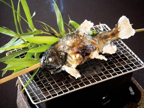 【夕食/例】川魚の塩焼きが美味