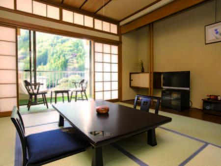 【本館10畳和室/例】渓谷に面したゆったりと寛げる空間