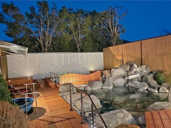 【ひるがみの森】開放感抜群の露天風呂でとろり「美肌美人の湯」を堪能!