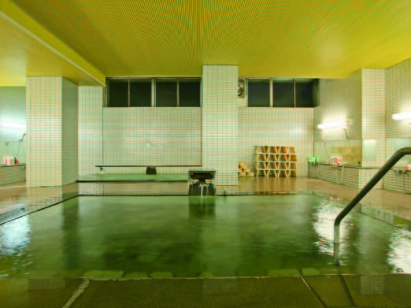 【大浴場】硫黄が香る湯をかけ流しで愉しめる