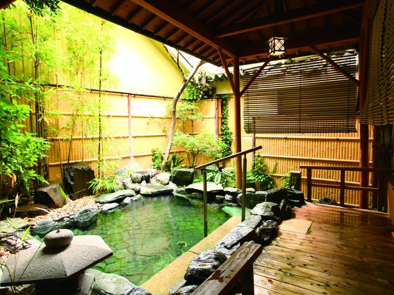 【庭園露天岩風呂】庭園の緑と岩肌の美しさを楽しみながら