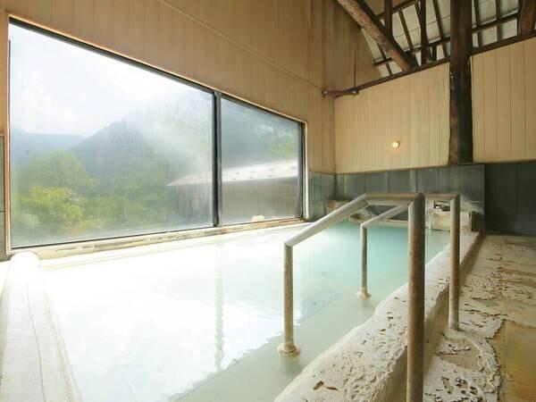 【内湯】露天と異なる源泉を使用。内湯と露天で楽しめる