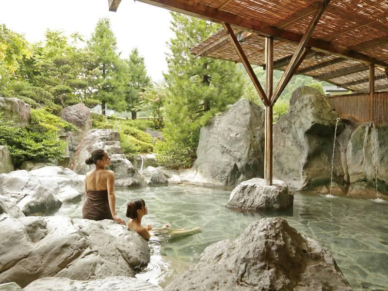 【庭園露天風呂】南アルプスの巨石を配した湯船から、風情ある庭園を望む