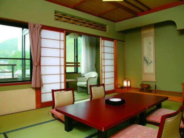 【本館和室/例】清流と温泉郷を望む本館広縁付10畳和室でゆったり