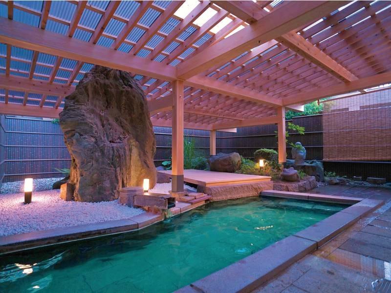 【露天風呂】硫黄の香りが漂い、エメラルドグリーンに輝くとろりとした美肌の湯を楽しめる