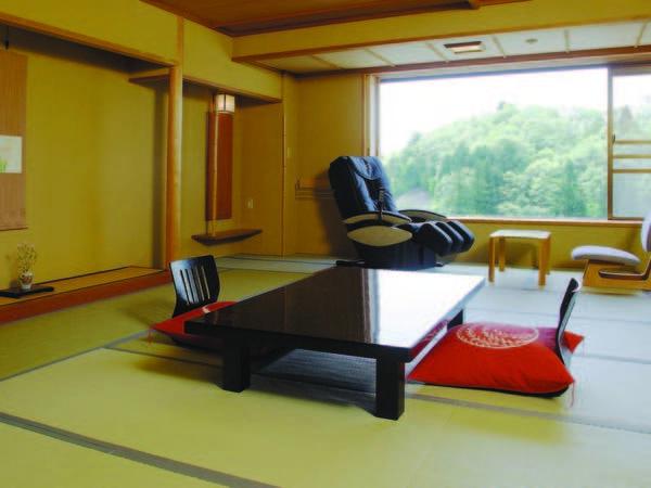 【マッサージチェア付和室/例】お風呂上りに湯田上の夕景・夜景を眺めながら寛げる