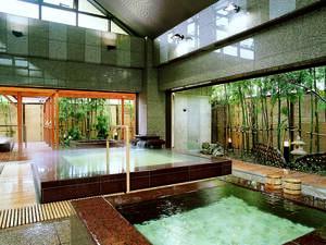 【季里の湯】広くてきれいな大浴場。竹林を眺めながらゆっくりと温泉情緒を楽しむ