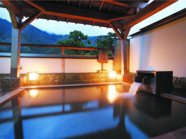 【四季の宿 みのや】最上階の大浴場と露天風呂をはじめ館内の至るところから弥彦の大自然を望む。レトロな雰囲気の「浪漫館」も人気