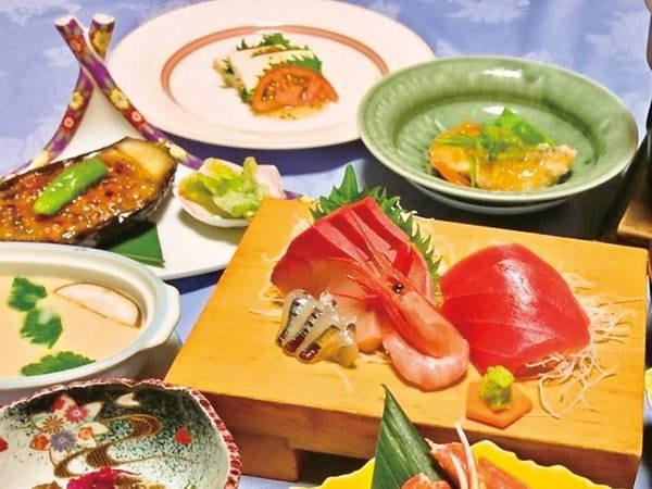 【割烹旅館 日本海】【ゆこゆこ秋の大感謝祭!】通常2,000円増の姿盛お造り無料グレードアップ!夕日が美しい静かな海岸沿いに佇む宿。 割烹旅館ならではの日本海の幸を活かした料理がおすすめ!