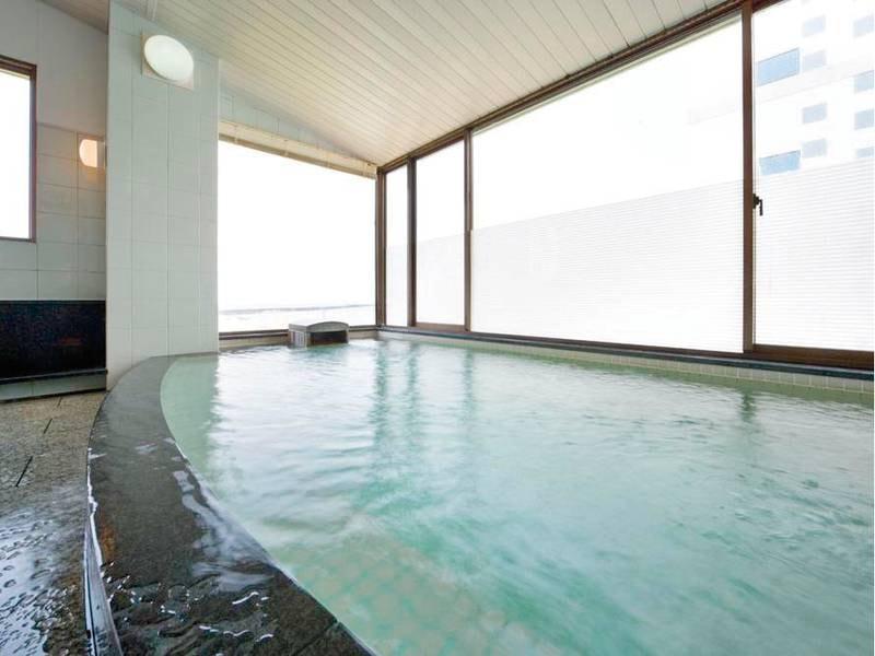 【佐渡見の湯】あつ湯。日本海を望む内湯でゆったり