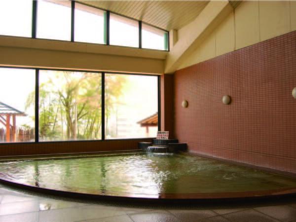【大浴場】広々とした空間の大浴場でゆったり寛ぐ