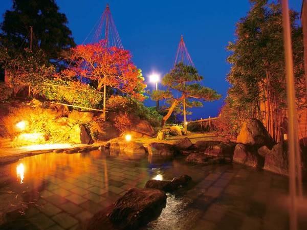 【露天風呂(左の湯)】庭園越しに富山湾と立山連峰を望む