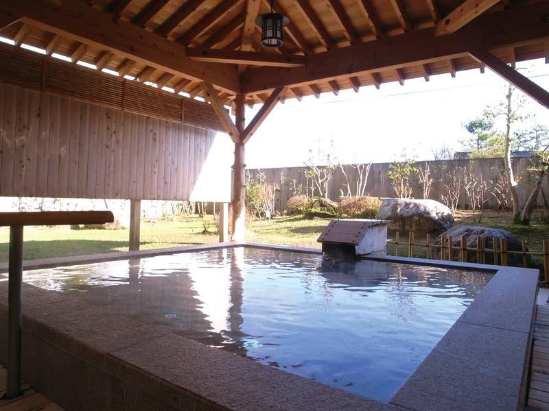 【露天風呂】ひのきと岩、2種の湯船で茶褐色のぬめりのある独特の温泉を満喫