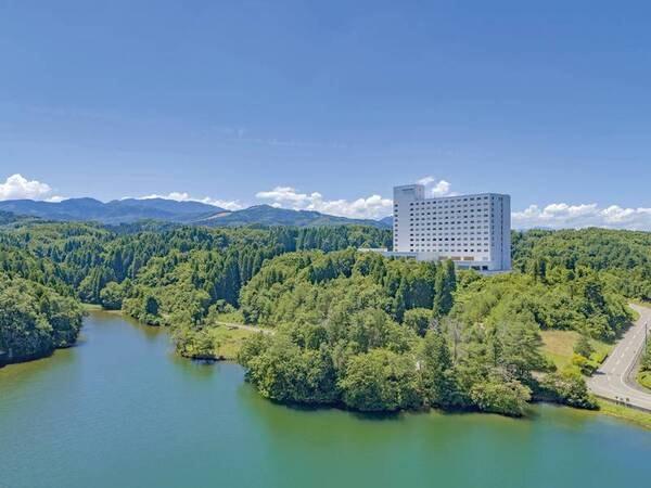 【外観】日本三大散居村、砺波平野を見下ろす高台に位置するホテル