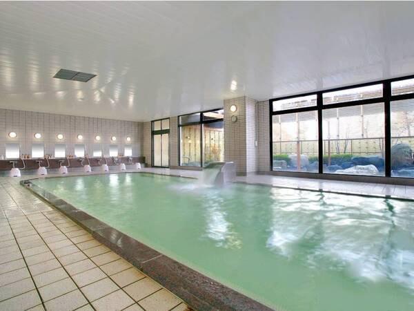 【大浴場】広々とした大浴場は温泉ではないがゆっくり寛げる