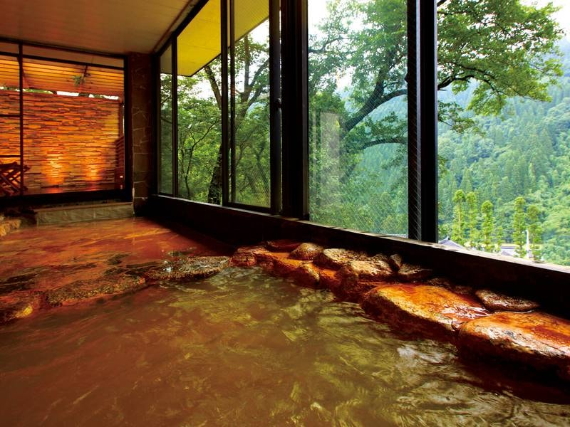 【大浴場】鳥越の湯として名高い赤茶色の源泉掛け流し温泉