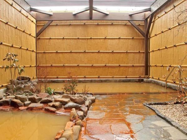 【露天風呂/しおさいの湯】源泉をそのままかけ流す湯は茶褐色