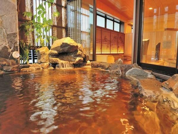 【半露天風呂】琥珀色の天然温泉を堪能でき、滞在中いつでも入浴可能
