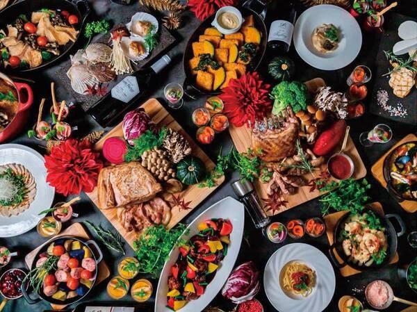【2021年9/1~10/31ディナービュッフェ/例】お客様の目の前で調理するライブキッチンやビュッフェ料理には、牛ステーキやカマスのグリル、焼きたてピッツァやパスタ等スイーツ含め全約80種類をご用意