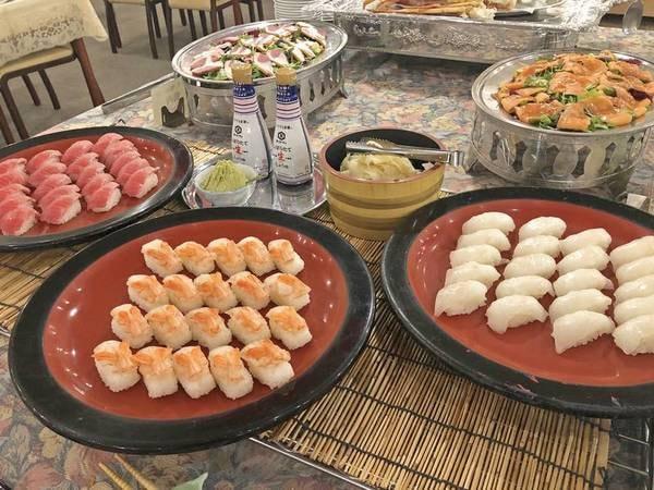 【23時までの飲み放題付ハーフバイキング/例】和洋中様々な料理が並ぶ