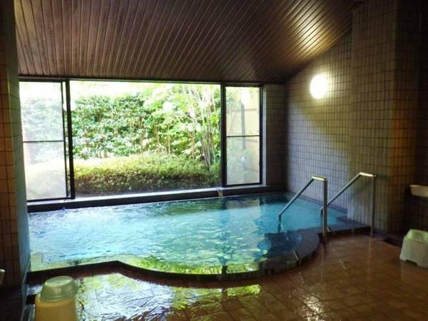 【大浴場:男湯】別府温泉(湯の華)の湯質感を再現した自然派の人工温泉。