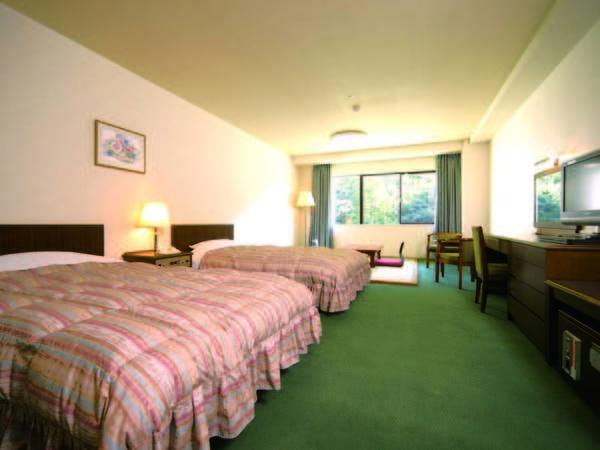 鶴仙渓側の36㎡の洋室の中に4.5畳の畳のある和洋室にご宿泊(一例)
