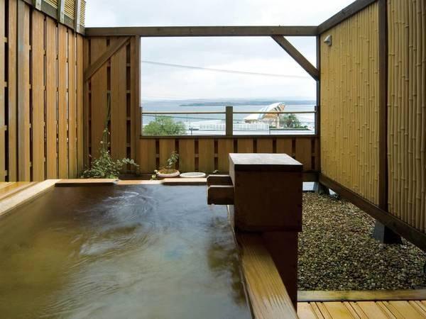 【十番館】広大な七尾湾と能登島を目の前して建つ小さなホテル。能登で獲れた新鮮な魚介をオリジナル料理で愉しめる。