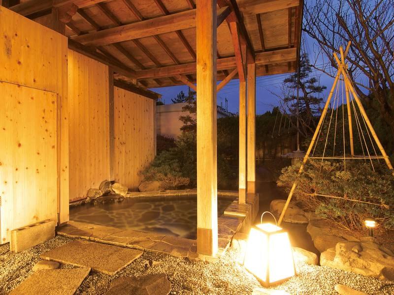 【露天風呂】小さな日本庭園に囲まれ。緑の木々が影をつくる
