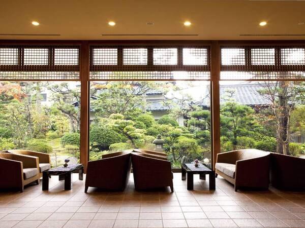 【ロビー】四季折々の美しい表情を見せる日本庭園がお出迎え