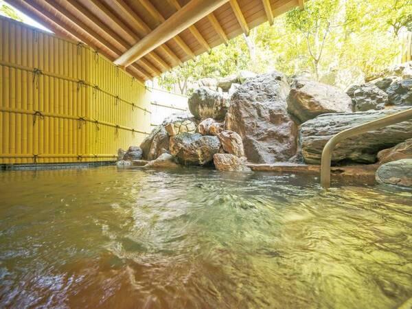 【露天風呂/木もれびの湯】あわらの湯と四季の彩りが温泉情緒を感じさせてくれる