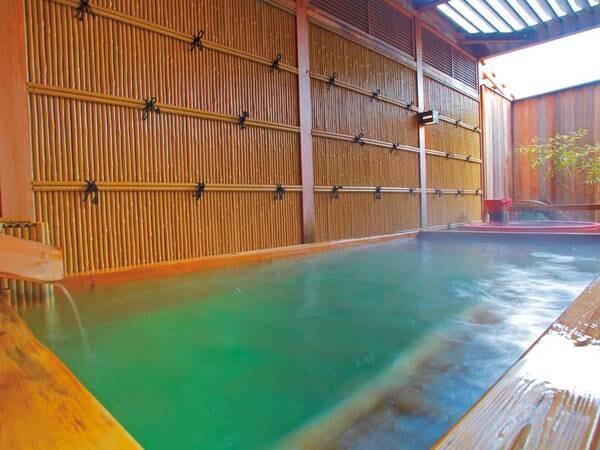 【1階 露天風呂】三方温泉をお隣の若狭町から運んでいます。塩化物泉特有の体が暖まる効果で冷え性にも効能がございます
