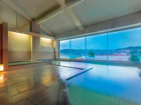【展望大浴場】2階から北潟湖を一望できる展望風呂。お肌つるつるで評判の天然温泉です
