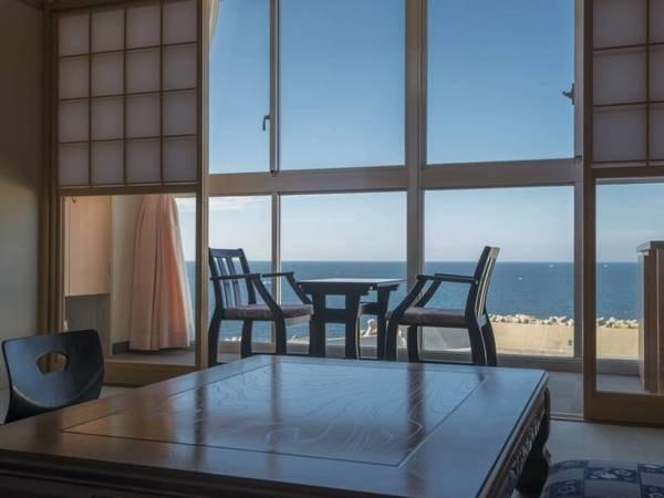 客室からの眺めは昼も夜も美しい