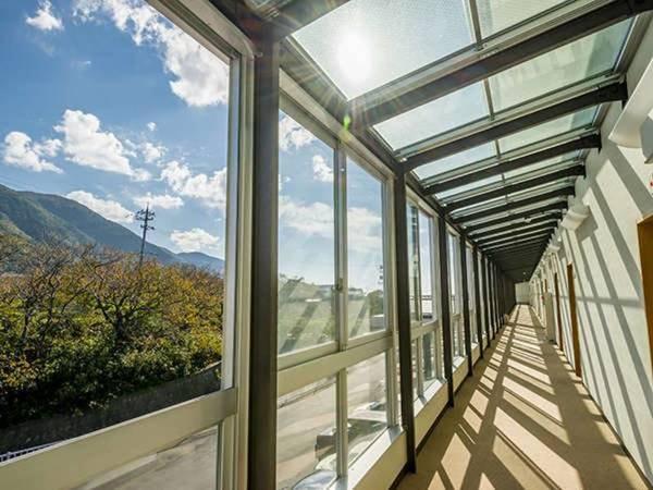 廊下側はガラス張り、きれいな四季折々の景色を楽しめる