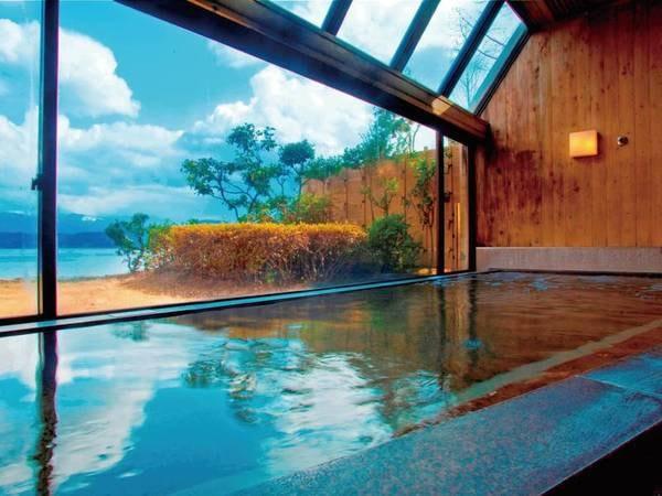 【大浴場】サウナ付き大浴場からは目の前に広がる水月湖を眺めながらの湯浴み