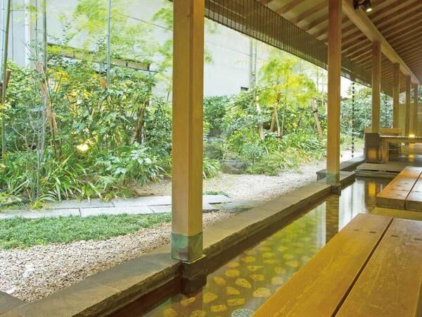 【足湯】竹林を眺めながら入る足湯は、じんわりと旅の疲れを癒してくれる