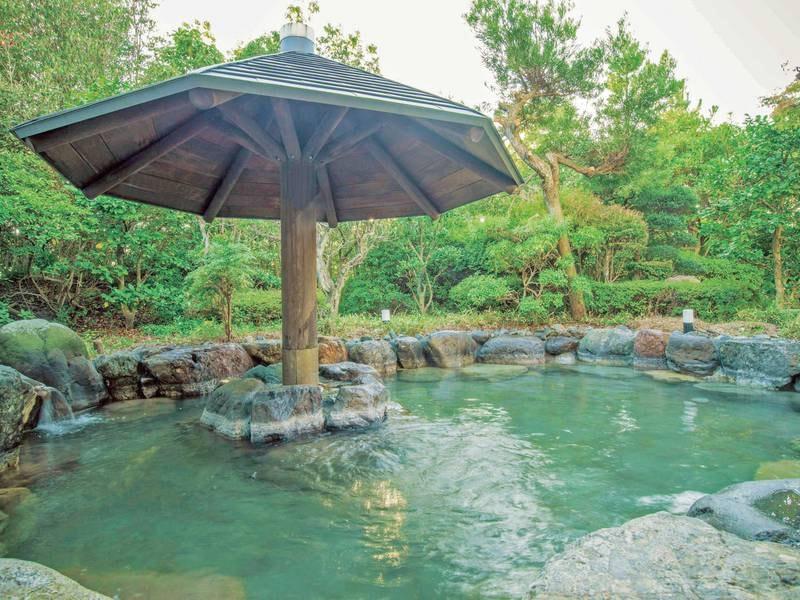 【露天風呂】宿自慢の緑いっぱいの庭園を望みながらの湯浴み