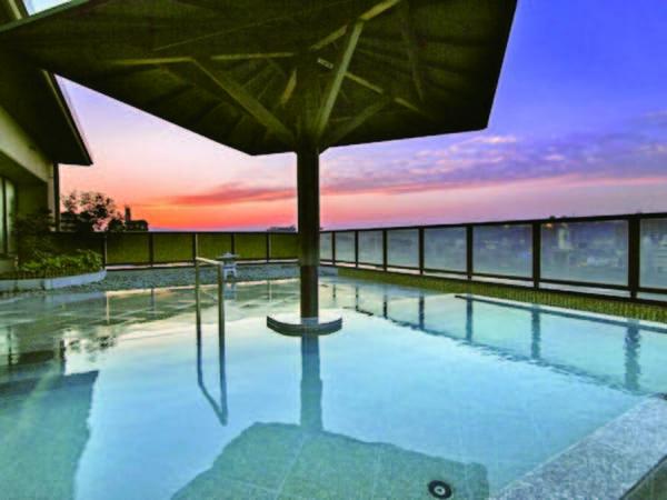【ホテルパーク】岐阜城を背景に佇み、金華山と長良川の絶景を望む露天風呂が自慢の宿 。清流のせせらぎをBGMに温泉情緒感じる