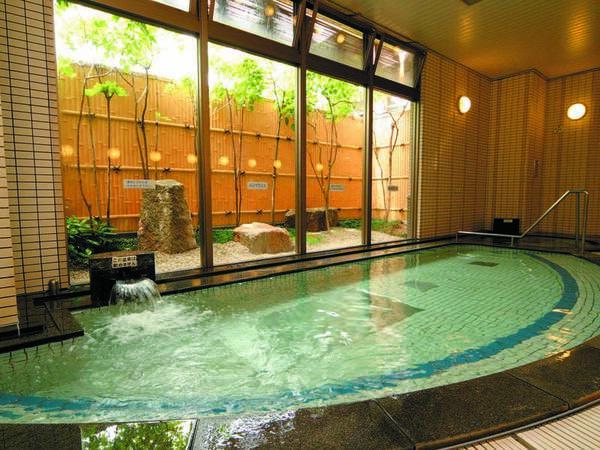 【館内大浴場/岩風呂】男女入替制で異なる湯殿を愉しめる