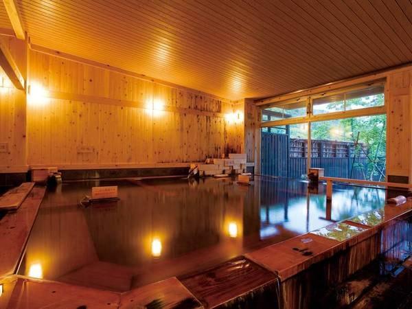 【大浴場】檜の香が漂う、広々とした内湯。窓からは自然を眺めることができ、開放感あるつくり