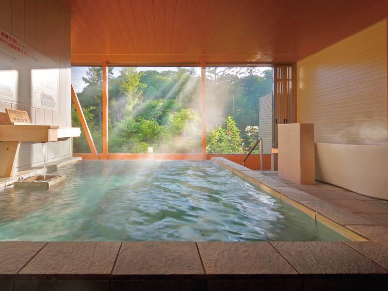 【展望露天風呂-夏-】希少な自家源泉掛け流しの天然温泉。四季折々の景色をお愉しみ頂けます。