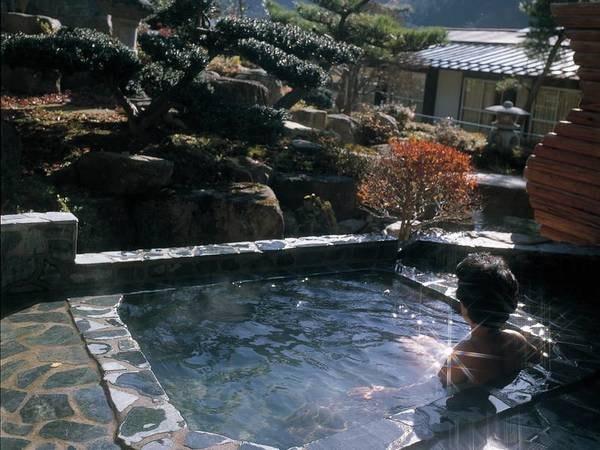 【庭園露天風呂】季節ごとに咲く花々や山野草を愉しみながら湯あみを
