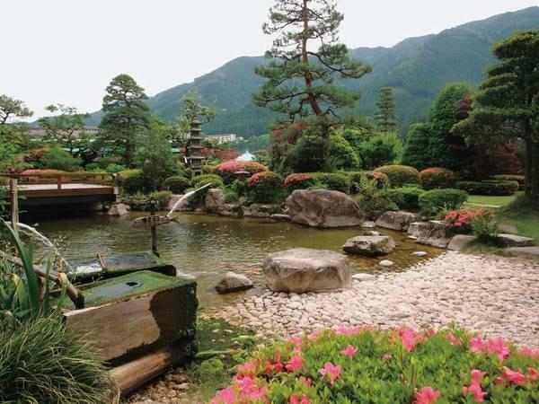 【庭園】敷地内には風情豊かな庭園が。湯上がりに散策も楽しめる