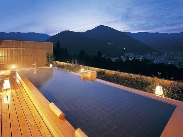 温泉街の高台に位置するアルメリアの、8F展望露天風呂!夜の夜景や朝の日の出をお楽しみください。