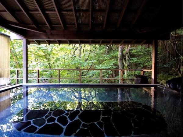 【有料貸切風呂】渓流沿いの離れに建つ貸切風呂。2種より選べるプライベートな湯あみを