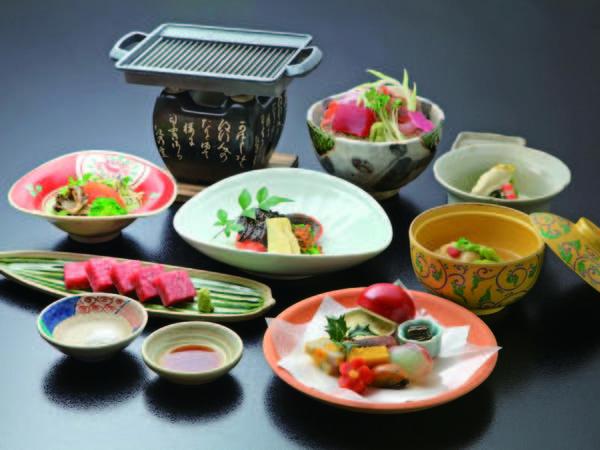 【夕食】 通常より品数少なめ、特選飛騨牛の鉄板焼きが付いた和会席/例
