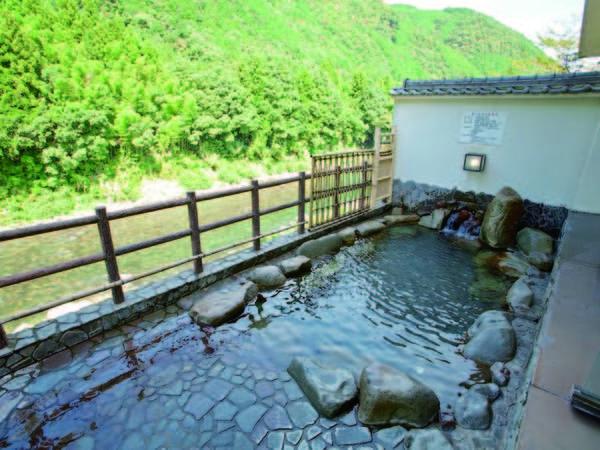 【展望露天風呂】宿自慢の露天風呂では、長良川のせせらぎと、四季折々で変わる景色を満喫できる!