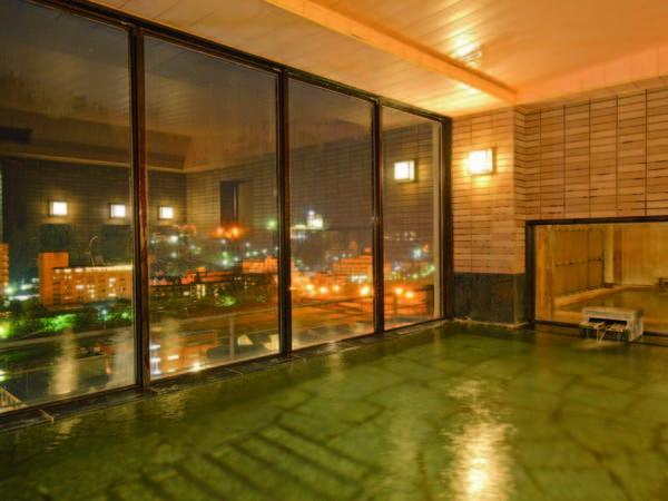 【大浴場】最上階から温泉街の夜景を一望できる。非日常感に癒されて