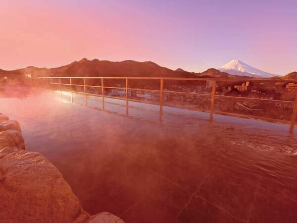 【天空露天風呂】夕焼けに染まる富士山を眺めながら贅沢に温泉に浸る